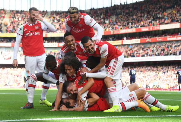 LONDON, ENGLAND - OCTOBER 06: David Luiz celebrates scoring the Arsenal goal with Nicolas Pepe, Matteo Guendouzi, Pierre-Emerick Aubameyang, Granit Xhaka and Dani Ceballos during the Premier League match between Arsenal FC