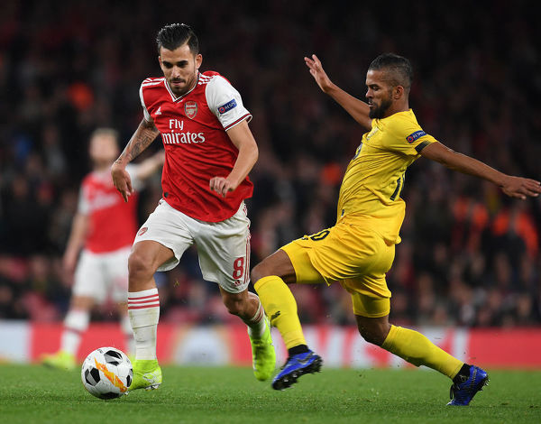 LONDON, ENGLAND - OCTOBER 03: Dani Ceballos of Arsenal breaks past Mehdi Carcela of Standard Liege during the UEFA Europa League group F match between Arsenal FC and Standard Liege at Emirates Stadium on October 03, 2019 in London, United Kingdom