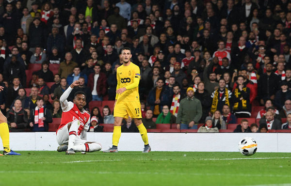 LONDON, ENGLAND - OCTOBER 03: Joe Willock scores the 3rd Arsenal goal during the UEFA Europa League group F match between Arsenal FC and Standard Liege at Emirates Stadium on October 03, 2019 in London, United Kingdom
