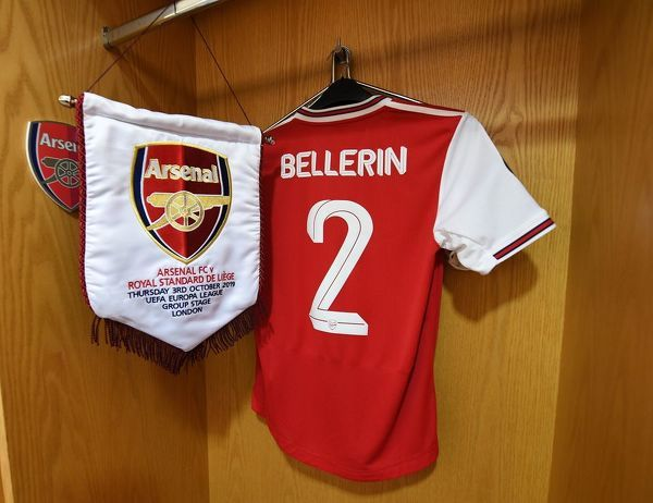 LONDON, ENGLAND - OCTOBER 03: Hector Bellerin Arsenal shirt with the match pennant in the changingroom before the UEFA Europa League group F match between Arsenal FC and Standard Liege at Emirates Stadium on October 03, 2019 in London, United Kingdom
