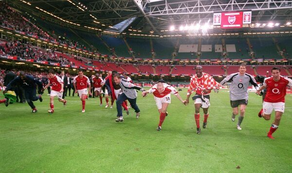 the arsenal players celebrate winning the fa cup arsenal 00 manchester united