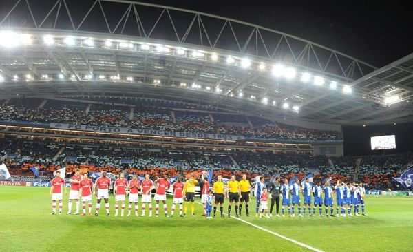 Arsenal and Porto players line up before the match. FC Porto 2:1 ...