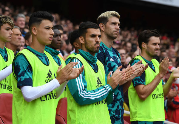 LONDON, ENGLAND - JULY 28: Arsenal's Gabriel Martineli, Dani Ceballos and Emiliano Martinez observe a period of applause for ex player Jose Reyes before the Emirates Cup match between Arsenal and Olympic Lyonnais at Emirates Stadium on July 28, 2019 in London, England