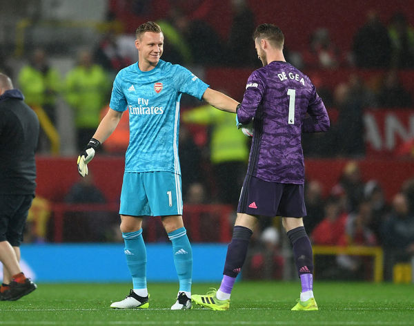 MANCHESTER, ENGLAND - SEPTEMBER 30: Bernd Leno of Arsenal and David de Gea of Man Utd before the Premier League match between Manchester United and Arsenal FC at Old Trafford on September 30, 2019 in Manchester, United Kingdom