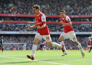 aaron ramsey celebrates scoring arsenals goal with