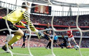 aaron ramsey scores arsenals goal past edwin van der