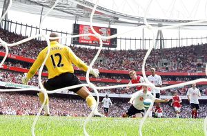 Alex Hleb scores Arsenal's 2nd goal past Tony Warner (Fulham)