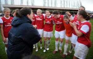 Arsenal Ladies celebrate at the end of the match. Arsenal Ladies 4:1 Rayo Vallecano