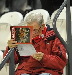 arsenal ladies fan readng the programme arsenal ladies 3