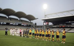 arsenal ladies line up with lyon before the match