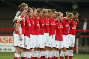 arsenal ladies line up for a minutes silence