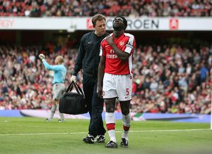 arsenal physio colin lewin with injured kolo