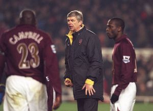 Arsene Wenger (Arsenal Manager) talks to his players before the start of extra time