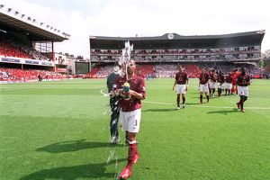 Ashley Cole (Arsenal) straps water before the match