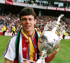 david oleary with the league championship trophy arsenal