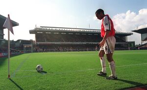 Giovanni van Bronckhorst (Arsenal) prepares to take a corner