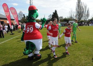 niamh fahey arsenal with gunner before the match arsenal