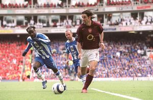 Robert Pires (Arsenal) Pascal Chimbonda (Wigan). Arsenal 4:2 Wigan Athletic