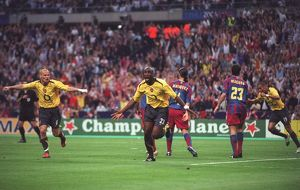sol campbell celebrates scoring arsenals goal with