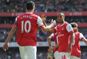 theo walcott and robin van persie arsenal celebrate