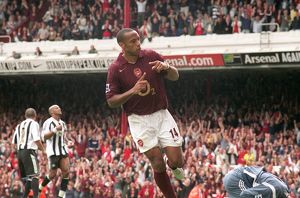 Thierry Henry celebrates scoring Arsenal's 1st goal from the penalty spot