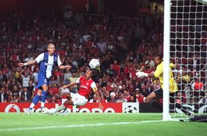 Thierry Henry scores Arsenal's 1st goal past Helton under pressure from Pepe (Porto)