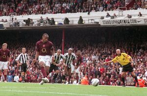 Thierry Henry scores Arsenal's 1st goal from the penalty spot