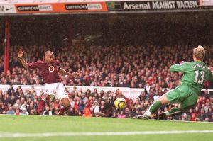Thierry Henry scores Arsenal's 2nd goal past Ben Alnwick (Sunderland)