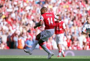 Thierry Henry scores Arsenal's goal from the penalty spot