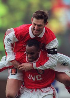 tony adams and ian wright celebrate an arsenal