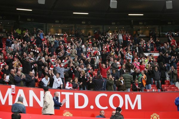 arsenal fans stay stadium sing 25 minutes