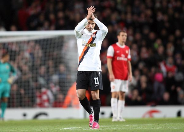 Former Arsenal playert Eduardo claps the fans after scoring Shaktars goal