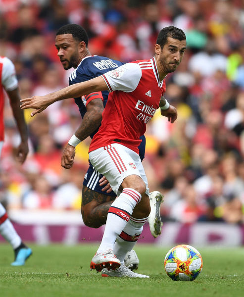 LONDON, ENGLAND - JULY 28: Henrikh Mkhitaryan of Arsenal holds off Memphis Depay of Lyon during the Emirates Cup match between Arsenal and Olympic Lyonnais at Emirates Stadium on July 28, 2019 in London, England