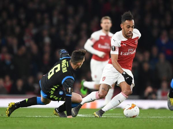 LONDON, ENGLAND - APRIL 11: Pierre-Emerick Aubameyang of Arsenal breaks past Mario Rui of Napoli during the UEFA Europa League Quarter Final First Leg match between Arsenal and S.S.C. Napoli at Emirates Stadium on April 11, 2019 in London, England