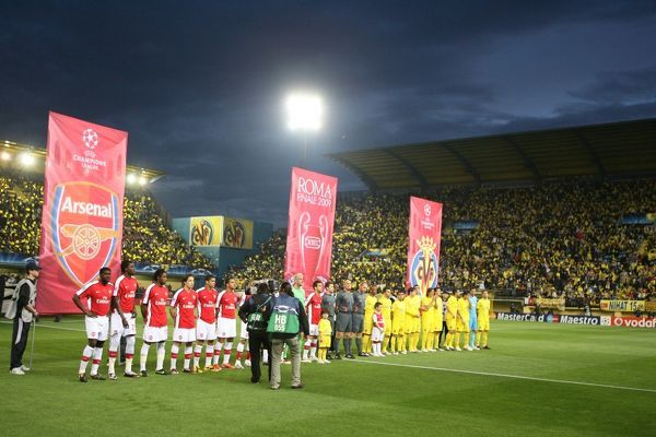The Arsenal and Villarreal teams line up before the match