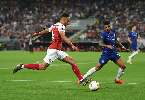 BAKU, AZERBAIJAN - MAY 29: Pierre-Emerick Aubameyang of Arsenal crosses under pressure from Emerson Palmieri of Chelsea during the UEFA Europa League Final between Chelsea and Arsenal at Baku Olimpiya Stadionu on May 29, 2019 in Baku, Azerbaijan