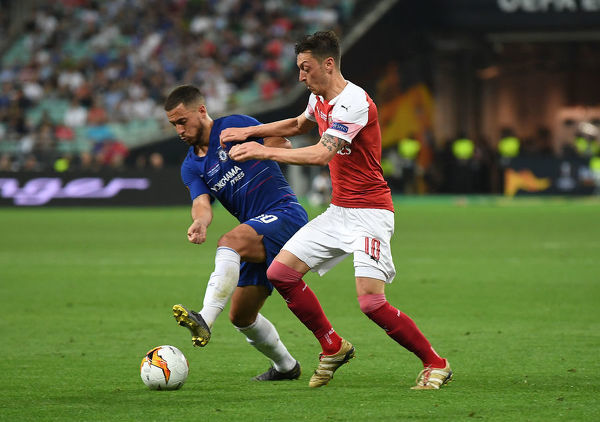 BAKU, AZERBAIJAN - MAY 29: Mesut Ozil of Arsenal challenges Eden Hazard of Chelsea during the UEFA Europa League Final between Chelsea and Arsenal at Baku Olimpiya Stadionu on May 29, 2019 in Baku, Azerbaijan