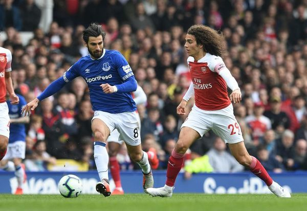 LIVERPOOL, ENGLAND - APRIL 07: Matteo Guendouzi of Arsenal passes under pressure from Gylfi Sigurdsson of Everton during the Premier League match between Everton FC and Arsenal FC at Goodison Park on April 7, 2019 in Liverpool, United Kingdom