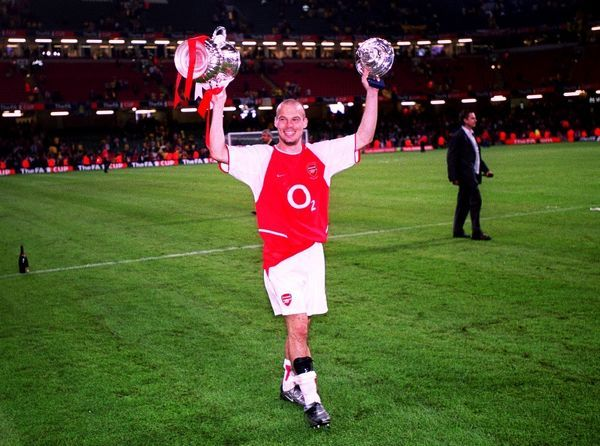 freddie ljungberg arsenal with the fa cup trophy