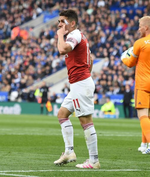LEICESTER, ENGLAND - APRIL 28: Arsenal's Lucas Torreira complains the the linesman during the Premier League match between Leicester City and Arsenal FC at The King Power Stadium on April 28, 2019 in Leicester, United Kingdom