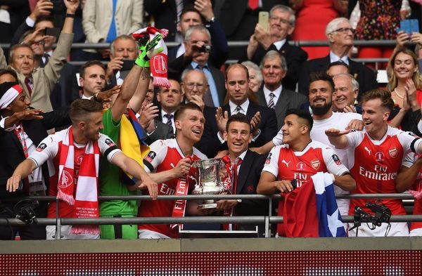mertesacker laurent koscielny arsenal lift fa cup