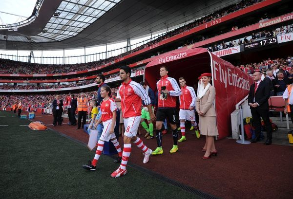 Mikel Arteta (Arsenal) leads the team out. Arsenal 2:1 Crystal Palace. Barclays Premier League