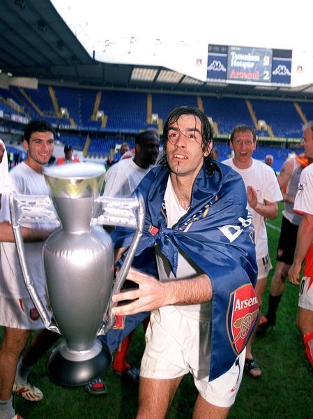 robert pires arsenal celebrates winning