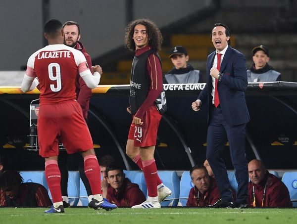NAPLES, ITALY - APRIL 18: (L) Alex Lacazette celebrates scoring the Arsenal goal with (2ndL) Matteo Guendouzi and Head Coach Unai Emery during the UEFA Europa League Quarter Final Second Leg match between S.S.C. Napoli and Arsenal at Stadio San Paolo on April 18