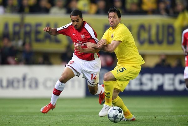 Theo Walcott (Arsenal) Joan Capdevila (Villarreal) before the match