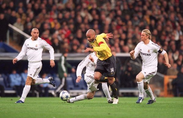 Thierry Henry goes away from Ronaldo and Guti (Real) on his way to scoring Arsenal's goal