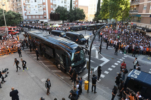 VALENCIA, SPAIN - MAY 09: The Arsenal Team bus arrives outside the stadium before the UEFA Europa League Semi Final Second Leg match between Valencia and Arsenal at Estadio Mestalla on May 9, 2019 in Valencia, Spain