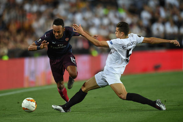VALENCIA, SPAIN - MAY 09: Pierre-Emerick Aubameyang of Arsenal skips past Gabriel Paulista of Valencia during the UEFA Europa League Semi Final Second Leg match between Valencia and Arsenal at Estadio Mestalla on May 9, 2019 in Valencia, Spain