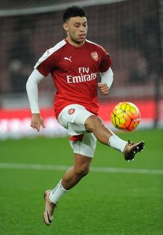 alex oxlade chamberlain arsenal warms up before the match