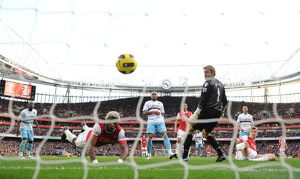previous season matches/matches 2010 11 arsenal v west ham united 2010 11/alex song heads past west ham goalkeeper